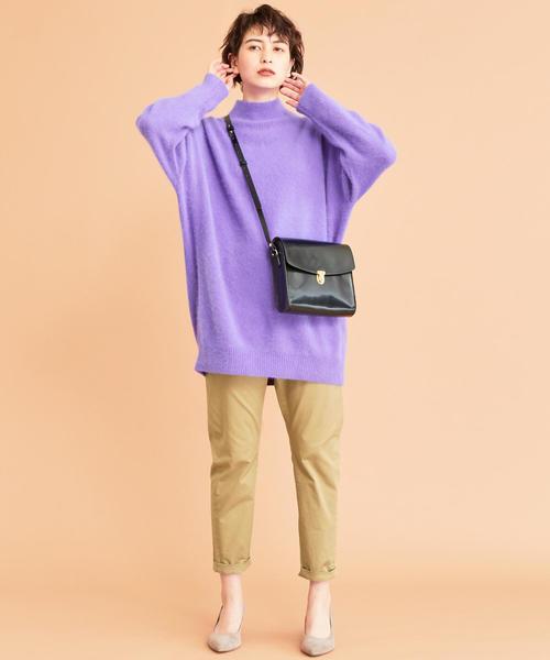 紫ニット×ベージュテーパードパンツコーデ