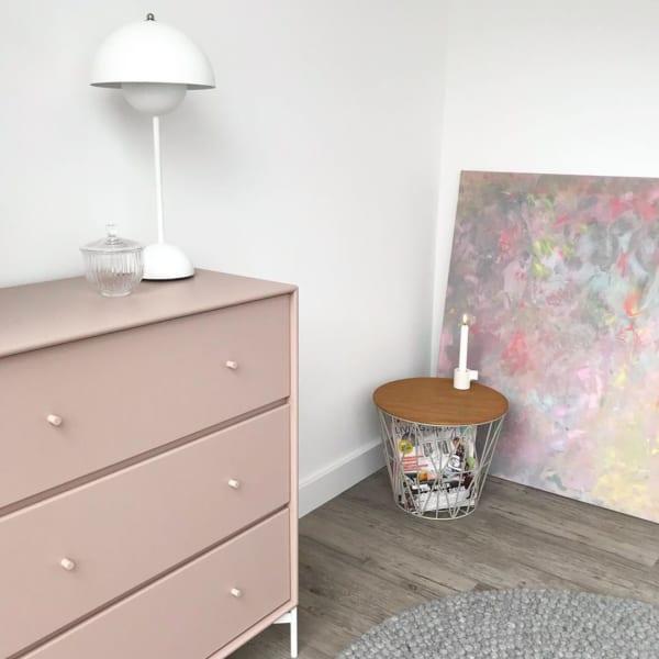 ピンク色の家具
