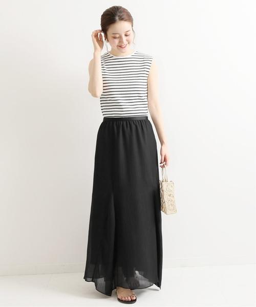 シンプルなマキシスカートでモノトーンコーデ
