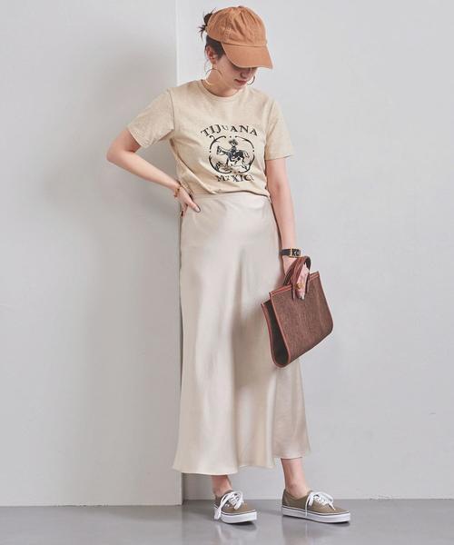 サテンスカートのカジュアルな夏コーデ