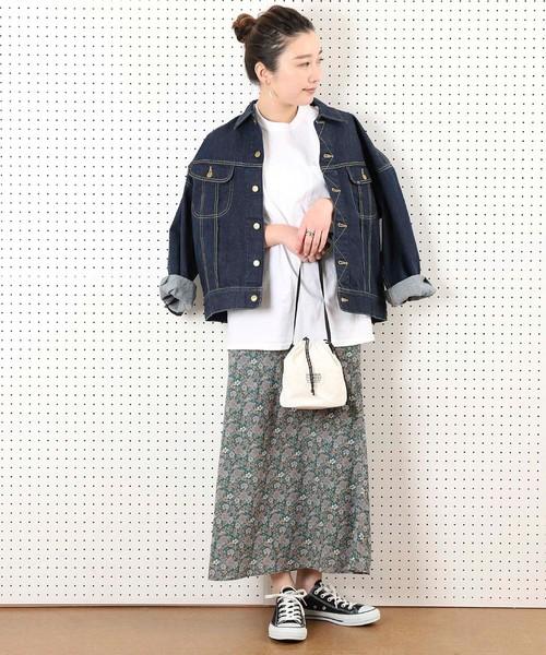 デニムジャケット×小花柄マキシスカート