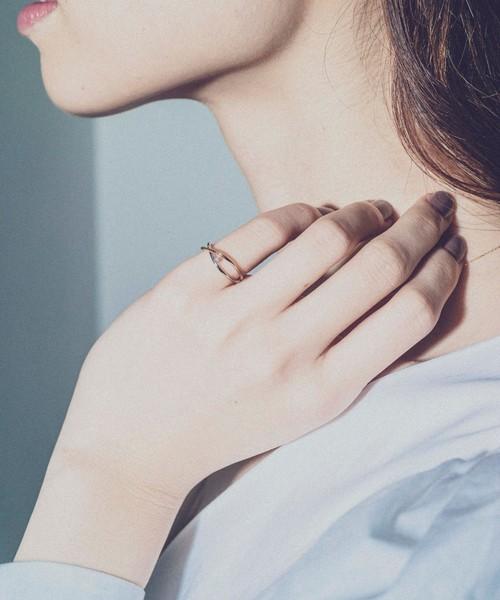 シンプルで細いオフィスカジュアルな指輪