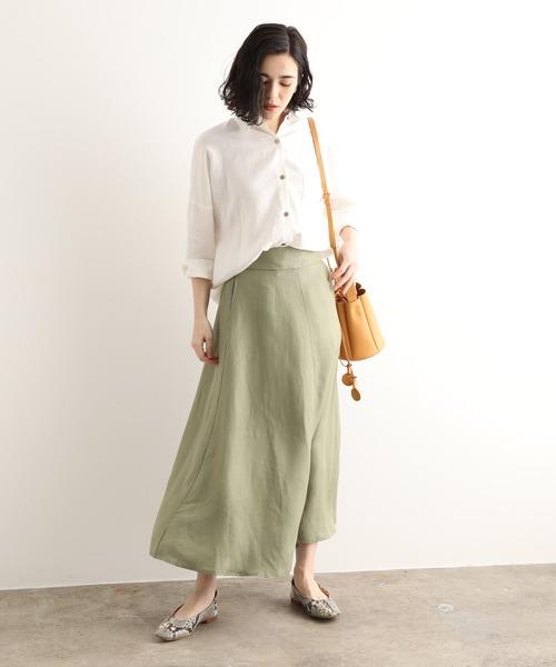 ホワイトシャツ×ラスターツイルスカート