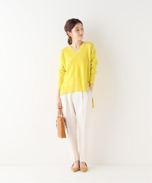 白パンツ×黄色ロングニットコーデ