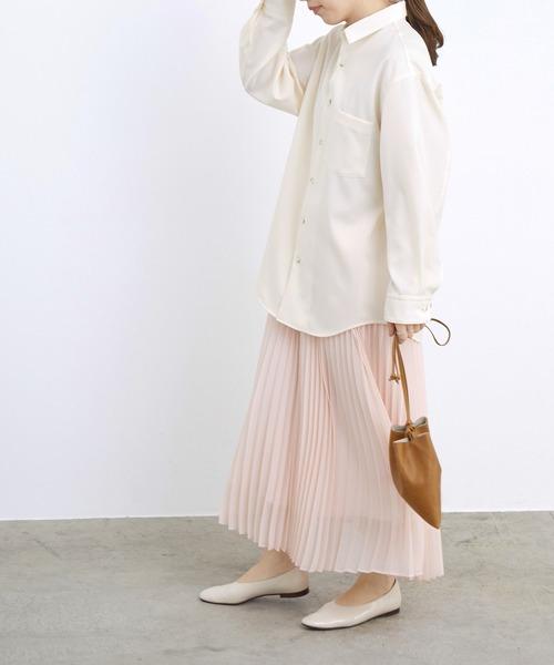 白シャツ×プリーツスカート