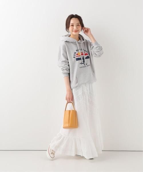 白ロングスカート×レディースパーカー