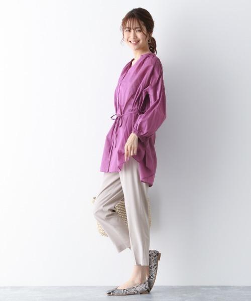 紫ブラウス×グレーテーパードパンツコーデ