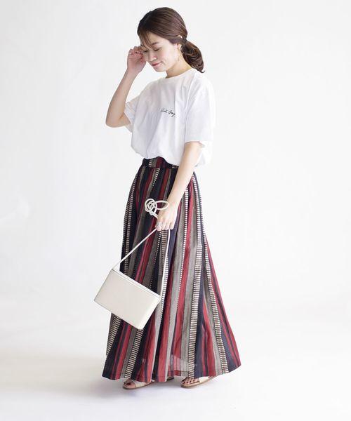 ホワイトTシャツ×ストライプスカート