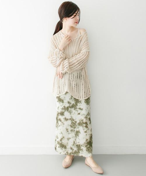 サテンスカートの抜け感コーデ