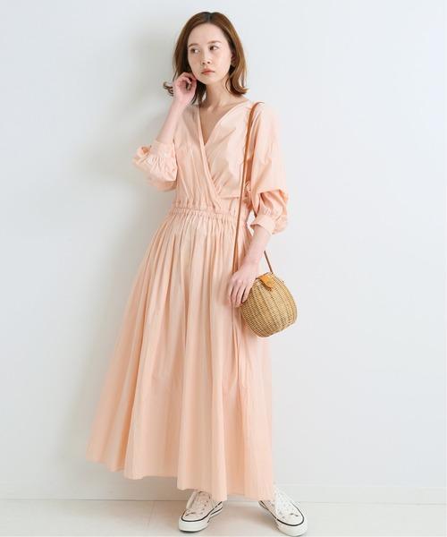 ピンクカシュワンピース×白スニーカー