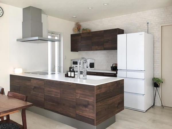 ブラウンで揃えた調理台と背面収納
