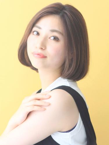 タイトな丸顔×前髪なしショートボブ