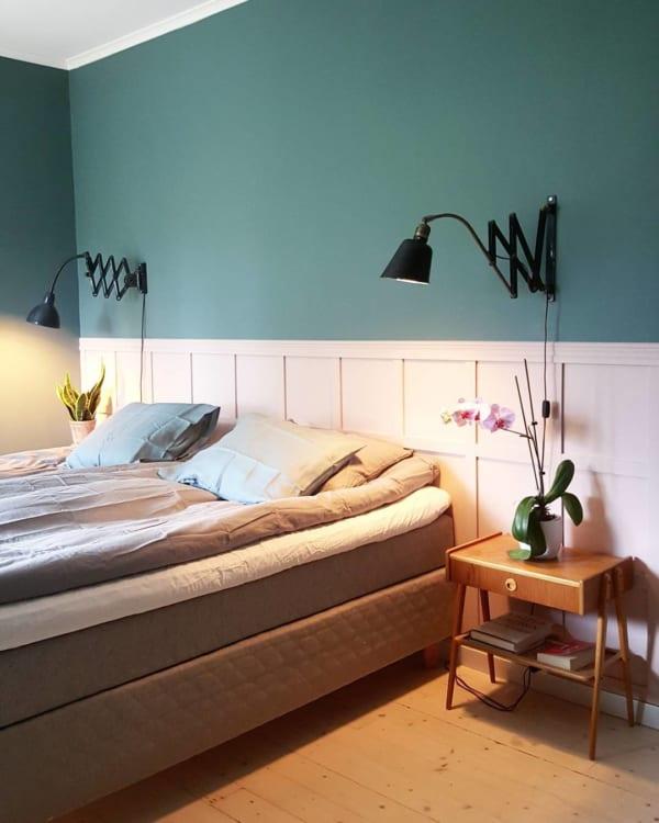 ピンクの腰壁が可愛いベッドルーム
