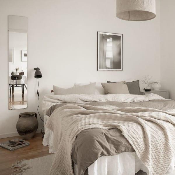 グレーを取り入れて柔らかい雰囲気の寝室に