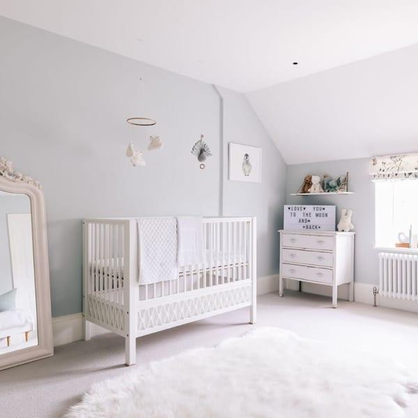 ベビーのお部屋はホワイトですっきりと