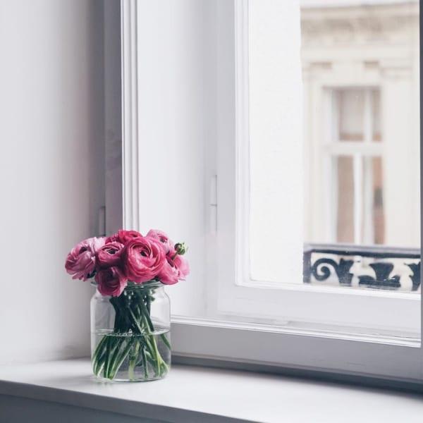 窓際に鮮やかなお花を飾って