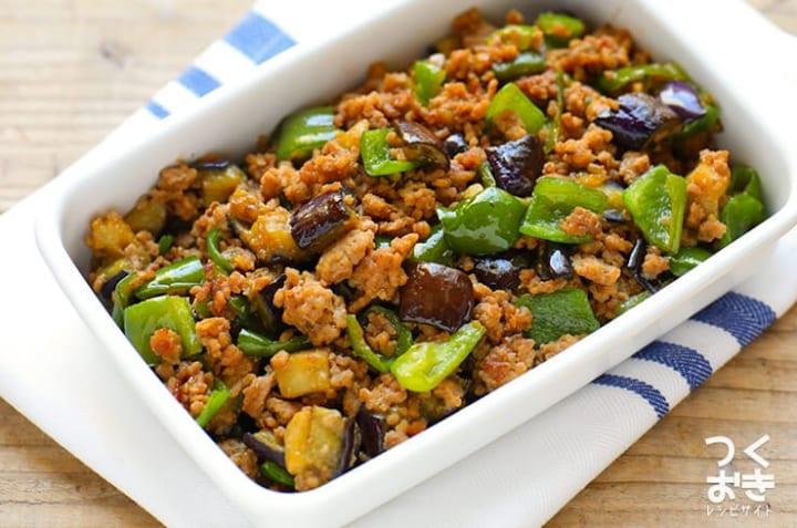 作り置きに簡単レシピ!茄子とピーマンの肉味噌炒め