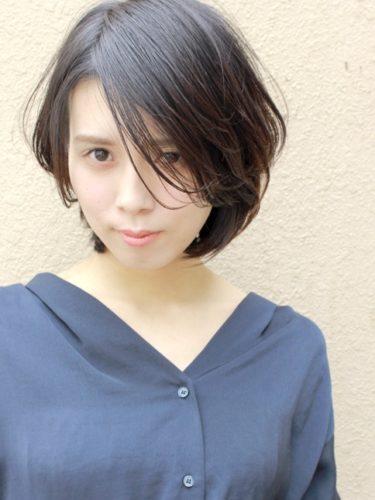 束感前髪の丸顔×前髪なしショートボブ