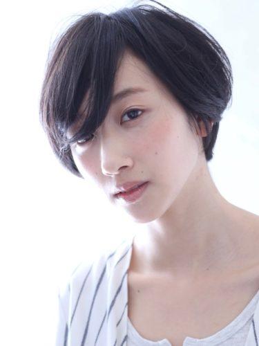 優しく女性らしい印象の黒髪ショート