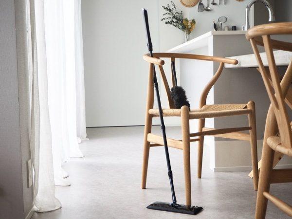 クイックルワイパーで床の埃やゴミをサッと拭き取る