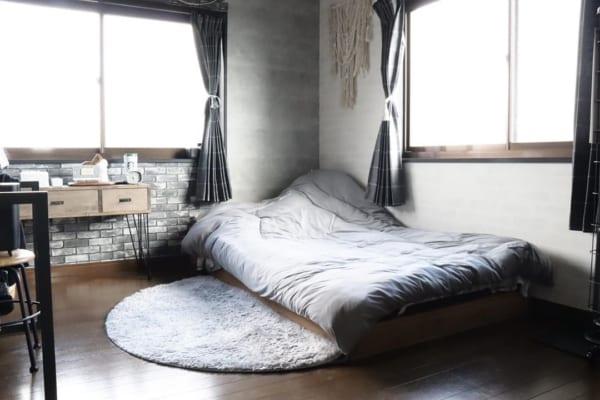 お手製ベッドのシンプルな寝室