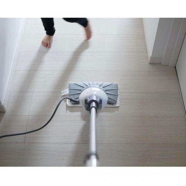 スチームモップで床を磨き上げる