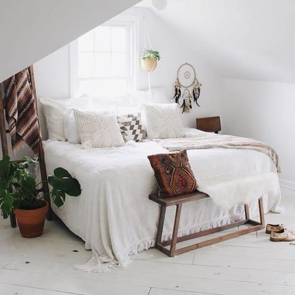 ホワイトベースのシンプルな寝室
