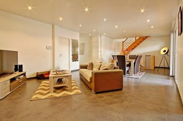 斜め向きに家具を配置