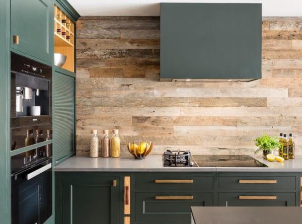 素朴な木板壁がお洒落なキッチン