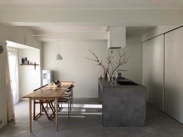 コンクリート風キッチンのあるリノベマンション