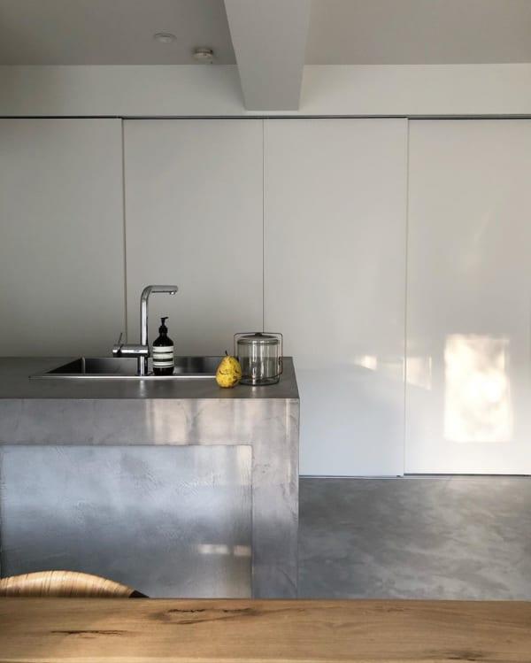 扉付きの大きなキッチン収納