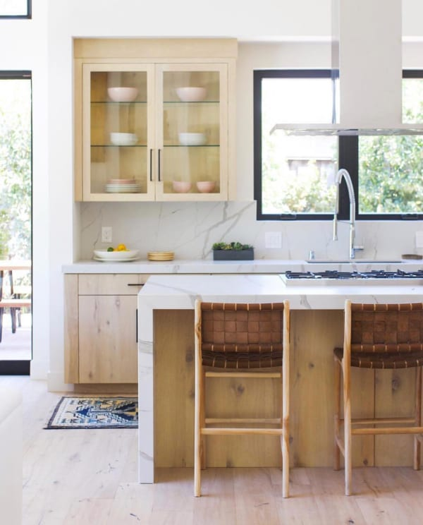 ウッド×大理石のスタイリッシュなキッチン
