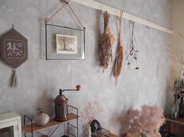 スワッグやフォトフレームで壁を飾って