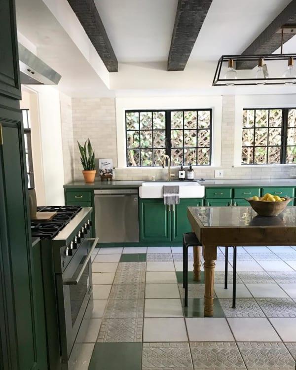 タイル床とグリーンの配色が個性的