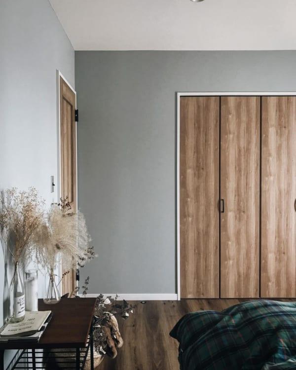 ベッド横の棚に飾るインテリア