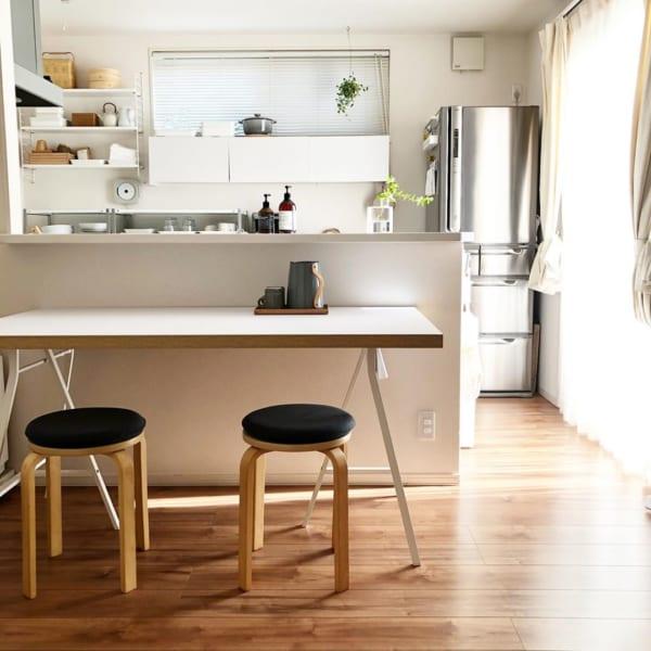 清潔感溢れるキッチンの見せる収納