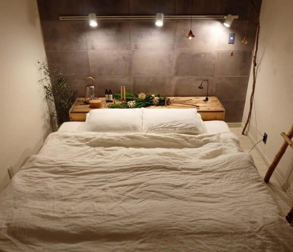 ヘッドボードが飾り棚の寝室