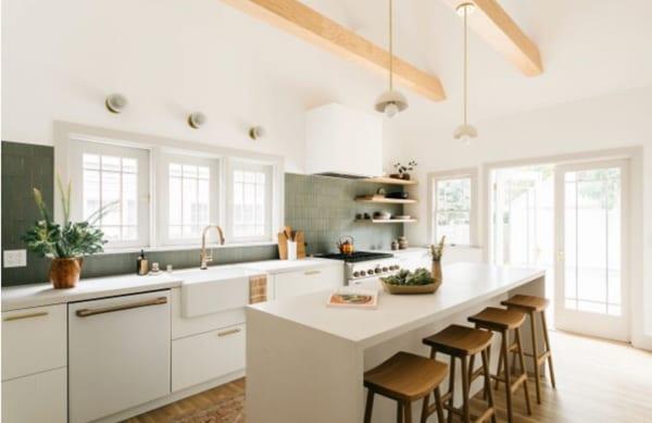 天井が高く明るいキッチンスペース