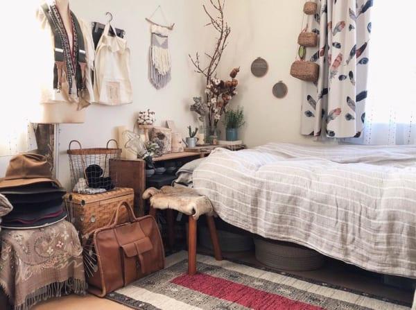バッグやかごを使った収納がおしゃれな寝室