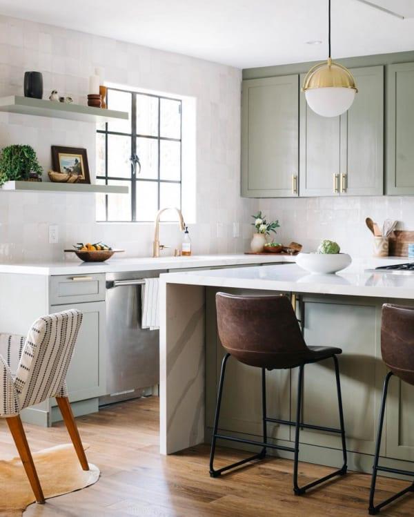 グリーン×ゴールドの上品なキッチンインテリア