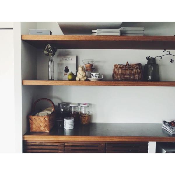 木製オープン棚で見せる収納を楽しんで