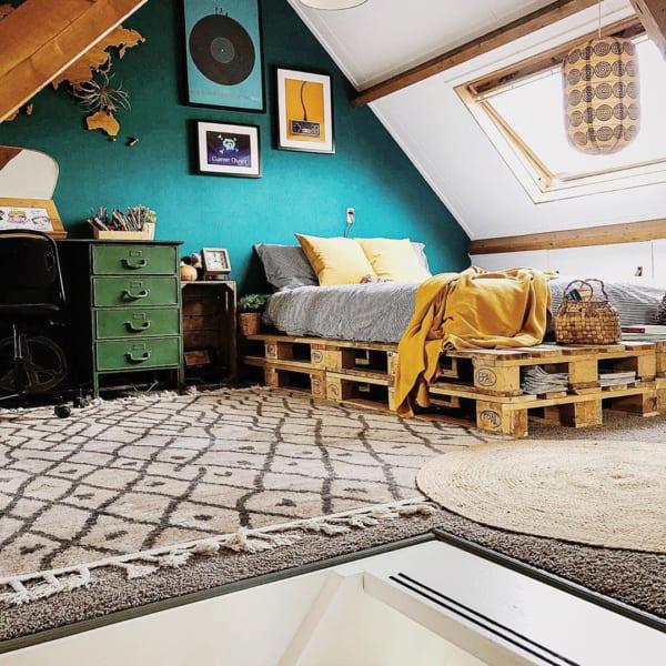 パレットベッドがおしゃれな寝室