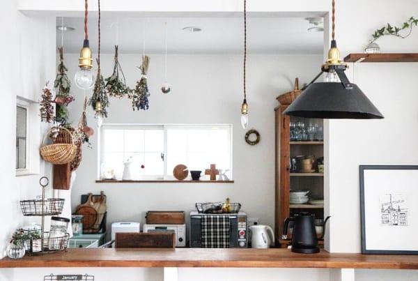 天井から吊り下げるキッチンインテリア