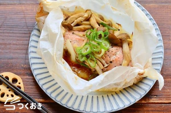 エビチリの副菜に!鮭ときのこのバター包み焼き