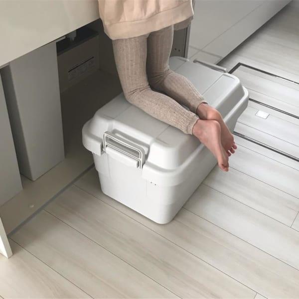収納ボックスを踏み台代わりにする