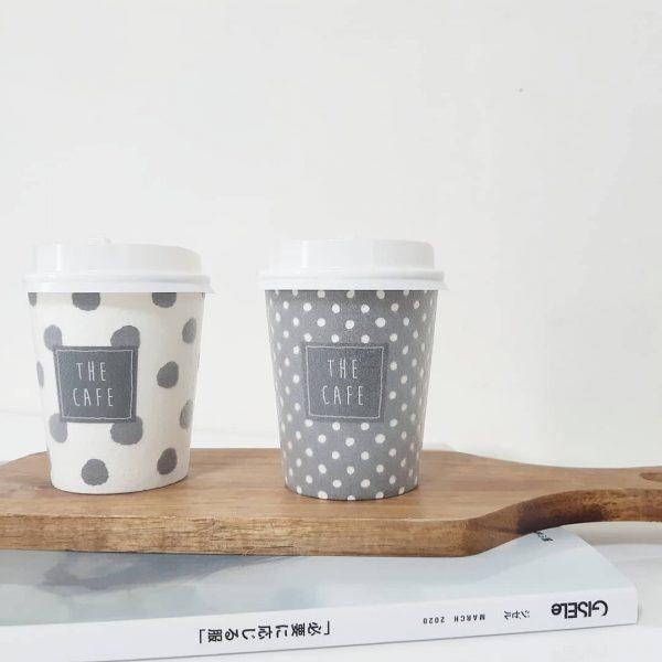 カフェのようなフタ付き断熱カップ