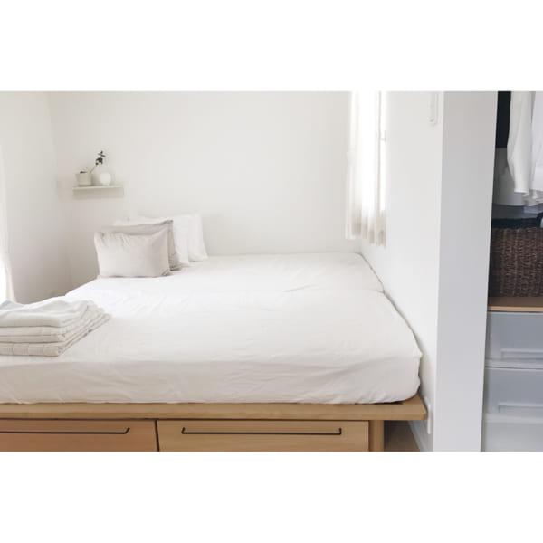 シンプルで居心地の良いベッドルーム