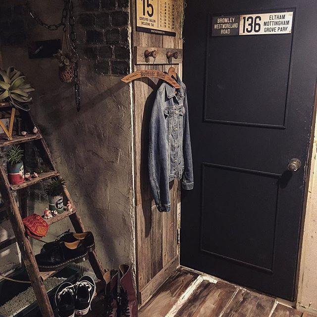 黒ドアにウッド小物をコーディネート