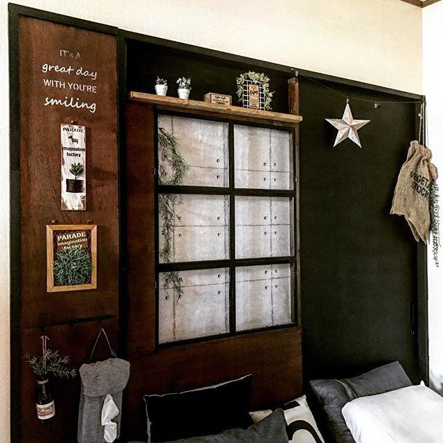 黒×ウッドのナチュラルベッドルーム
