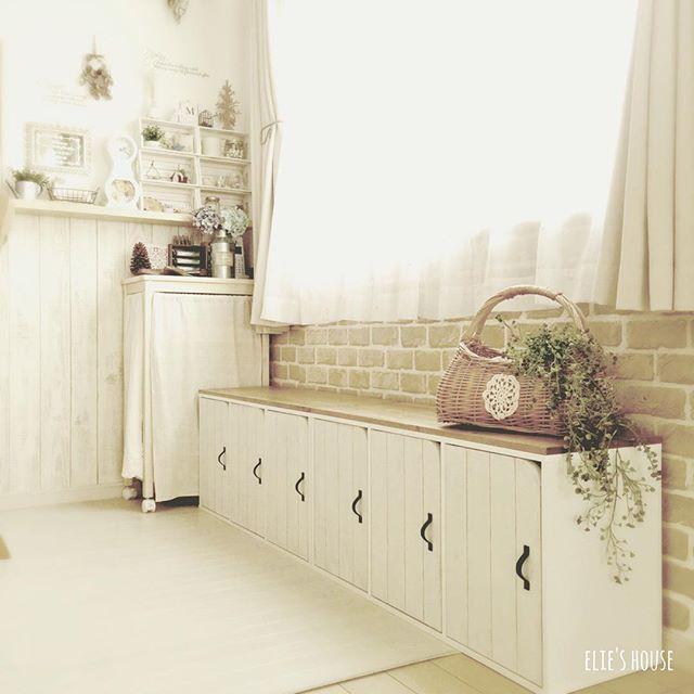 白い塗装で室内に合わせたカラーボックス